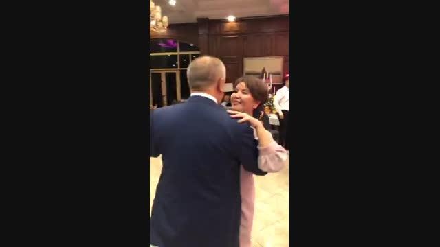 Өмүрбек Текебаев менен жубайы Айгүл Текебаева кызын турмушка узатууда