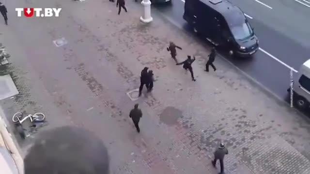 Минсктеги митингде күч органдарынан качкан кыз