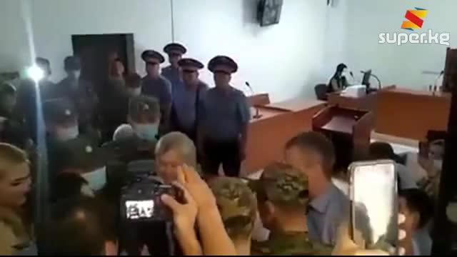 Уулу менен учурашып... Алмазбек Атамбаевди сот отурумуна алып келген видео